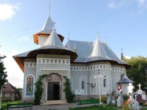 Biserica Sf.Voievozi Savinesti