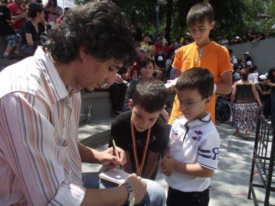 Autografe pentru admiratori mici