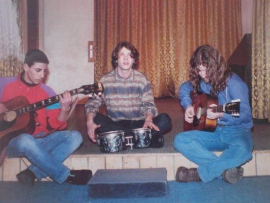 In copilarie, la prima intalnire cu chitara
