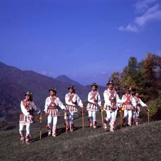 Obiceiuri-de-Rusalii-Dansul-Calusarilor2