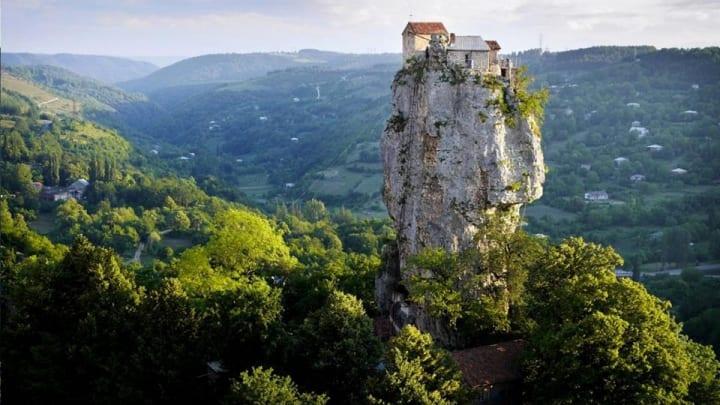 Maxime Qavtaradze - trăieşte în vârful unei stânci de 40 de metri