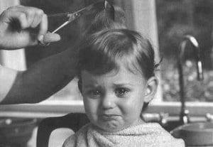 copil-plinge-la-frizer