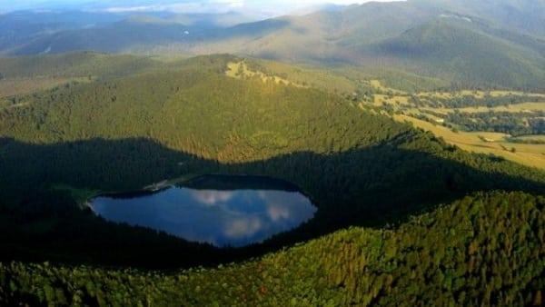 FRUMUSEȚILE PĂMÂNTULUI. Lacuri formate în cratere vulcanice