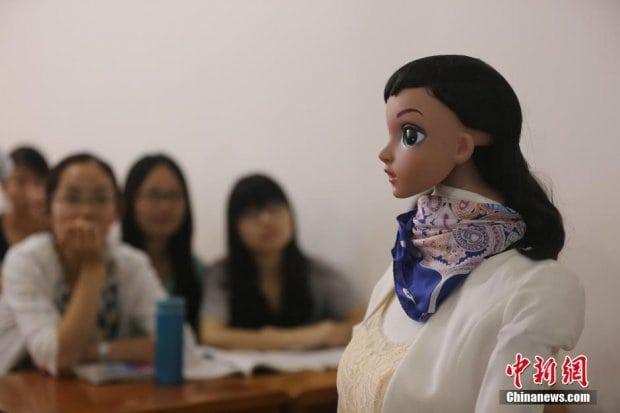 robot-teacher-gives-lectures-jiujian-university-