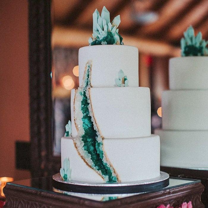 amethyst-geode-wedding-cake-trend-22-57833e358cd4f__700