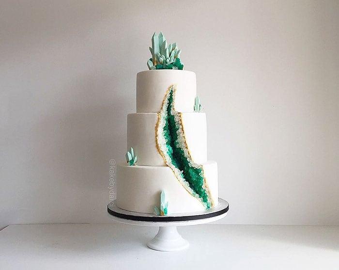 amethyst-geode-wedding-cake-trend-578343e82e0d9__700