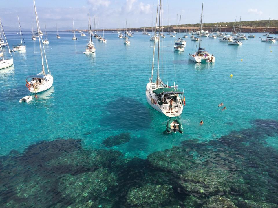 cala-sahona-formentera-barcos-fondeados