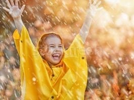 stock-photo-child-under-autumn-rain-Toamna