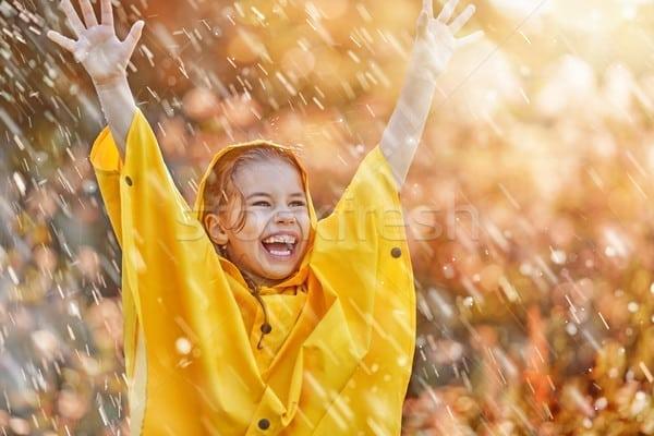 stock-photo-child-under-autumn-rain-Toamna