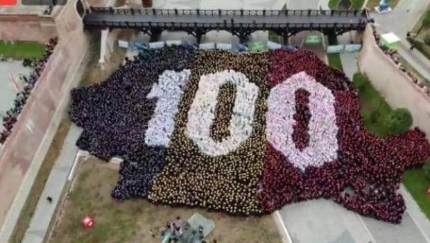 Record mondial la Alba Iulia: Cea mai mare hartă de ţară formată din oameni