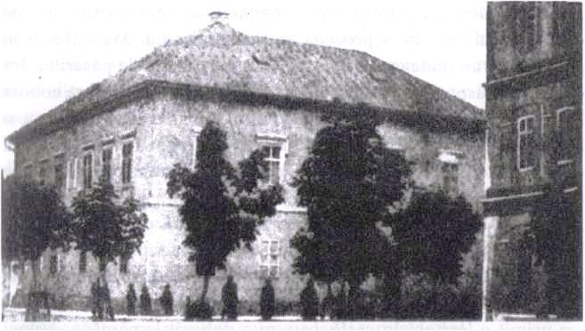 Casa familiei Tesla din Gospic. Liceul la care a învăţat este parţial vizibil în dreapta. Bărbatul în sutană din dreapta este unchiul lui Tesla, Peter, episcop ortodox sârb în Bosnia.